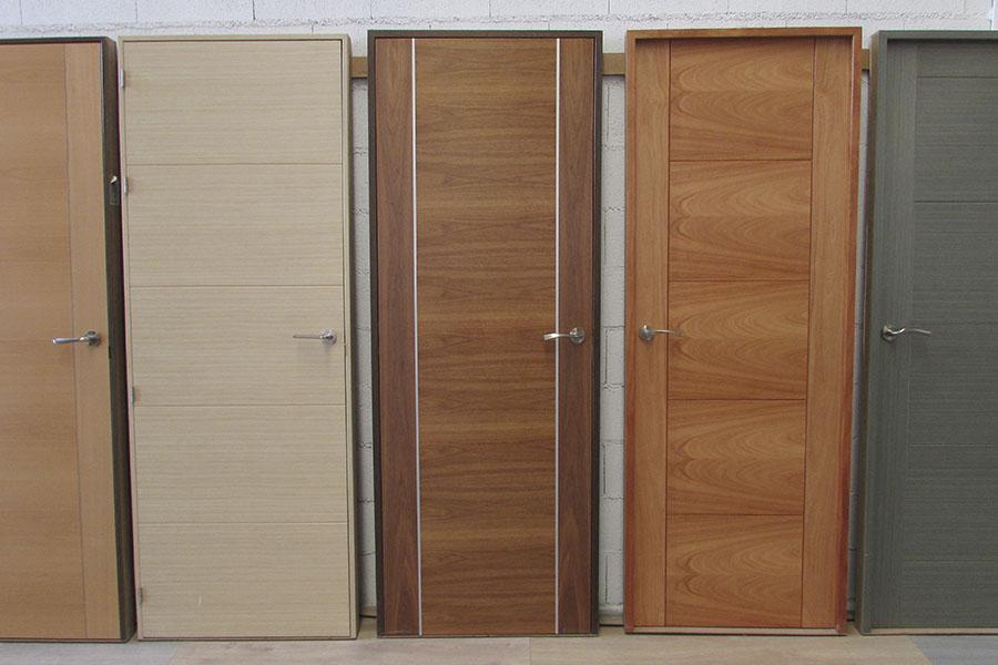 puertas de madera de diferentes tonalidades y colores