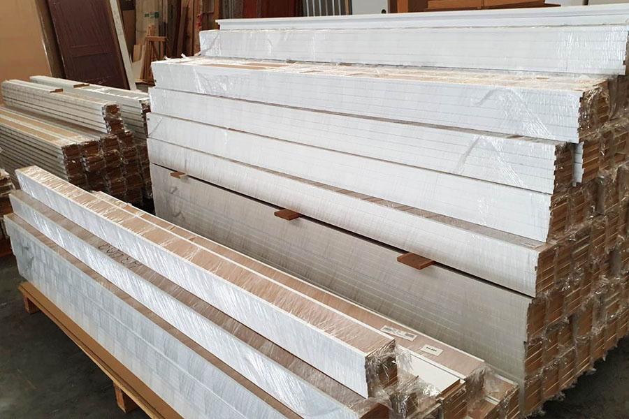 rodapies y molduras de madera de color blanco